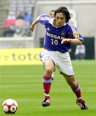 ボールに向かって走るかっこいい中村俊輔